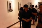 Roy Genggam (kedua dari kanan) manerima pengunjung pameran fotografi Memotret Pemotret di Galeri Seni Rupa Taman Budaya Jawa Tengah di Surakarta (TBS), Senin (30/3/2015) malam. Pameran tersebut menampilkan sosok 23 fotografer Indonesia. (Irawan Sapto Adhi/JIBI/Solopos)