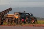 Pasukan Marinir menyiapkan Roket 70 Grad penghancur yang hendak ditembakkan dari Bandara Kasiguncu ke arah Gunung Biru saat Latihan PPRC oleh pasukan gabungan TNI, Selasa (31/3/2015). (JIBI/Solopos/Antara/Zainuddin M.N.)