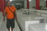 Pedagang daging ayam, Jarot Sujarno, 48, berjalan di lorong los zona daging Pasar Ir. Soekarno, Sukoharjo, yang kosong, Rabu (22/4/2015). (Rudi Hartono/JIBI/Solopos)