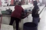Saluran air di los ikan di Pasar Ir. Soekarno pampat sejak Januari lalu dan menyebabkan bau tak sedap. Pedagang berharap segera ada perbaikan agar aktivitas jual beli tak terganggu. Foto diambil Rabu (29/4/2015). (Muhamad Muchlis/JIBI/Solopos)