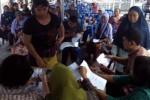 Antrean pedagang Pasar Grogol menunggu pengundian kios dan los pasar darurat di RT 001/RW 003, Dukuh Grogol, Desa Grogol, Kecamatan Grogol, Selasa (28/4). Pengundian tersebut sempat diwarnai protes seorang pedagang lantaran nomor kios yang didapatkannya sudah ditempati pedagang lain. (Muhamad Muchlis/JIBI/Solopos)