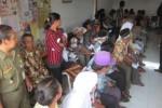 Sejumlah warga Bandungan menunggu giliran pencairan dana Program Simpanan Keluarga Sejahtera (PSKS) di Kantor Pos Jatinom, Selasa (28/4/2015). (Ponco Suseno /JIBI/Solopos)