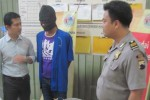 Eko Cahyono alias Guwing (mengenakan penutup kepala), 33, warga Dukuh Beteng, Desa Karang, Delanggu, Klaten ditangkap polisi di rumahnya lantaran menjadi pengedar sabu-sabu. Foto diambil Selasa (14/4/2015) di Mapolres Klaten. (Taufiq Sidik Prakoso/JIBI/Solopos)
