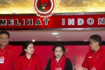 Ketua Umum PDI Perjuangan Megawati Soekarnoputri (kedua dari kanan) didampingi putrinya Puan Maharani (kedua dari kiri), Sekjen PDIP Hasto Kristiyanto (kanan) dan Bendahara Umum Olly Dondokambey (kiri) seusai pengumuman pengurus inti PDI Perjuangan saat Kongres PDIP 2015 di Hotel Inna Grand Bali Beach, Sanur, Bali, Jumat (10/4/2015). (JIBI/Solopos/Antara/Andika Wahyu)