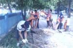 Sejumlah petugas kebersihan dari BLH Sragen membersihkan sampah di sepanjang Jl. Sukowati, Sragen, Rabu (1/4/2015). Kegiatan itu sebagai persiapan menyambut penilaia Adipura. (Abdul Jalil/JIBI/Solopos)