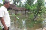 Juwadi, Kadus II Gumukrejo, Klewor, Kemusu, saat sedang menunjukkan lokasi salah satu rumah tergenang milik Parman di RT 003/RW 002 Gumukrejo, Klewor, Kemusu, Boyolali, Minggu (26/4/2015). (Kharisma Dita Retnosari/JIBI/Solopos)
