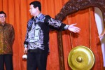 Menteri Dalam Negeri Tjahjo Kumolo (kiri) berbincang dengan Ketua Komisi Pemilihan Umum (KPU) Husni Kamil Manik saat peresmian pelaksanaan Pilkada serentak di Gedung KPU, Jakarta, Jumat (17/4/2015).(JIBI/Solopos/Antara/Akbar Nugroho Gumay)