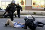 Polisi menangkap lalu menendang warga baltimore yang disangka sebagai perusuh, Senin (27/4/2015). (JIBI/Solopos/Reuters/Jim Bourg)