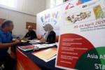 Publikasi pameran filateli KAA di loket filateli Kantor Pos Besar Bandung, Jawa Barat, Kamis (16/4/2015). (Rachman/JIBI/Bisnis)