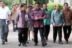 Sejumlah menteri Kabinet Kerja berjalan menuju ruangan rapat kerja ekspor impor, Rabu (15/4/2015), (Dwi Prasetya/JIBI/Bisnis)