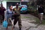 Satpol PP mengelandang seorang wanita berkebaya yang kedapatan berduaan di kamar hotel di Klaten, Senin (20/4/2015). Wanita itu dituduh melanggar Perda No. 27/2002 tentang Sarang Pelacuran. (Muhamad Muchlis/JIBI/Solopos)
