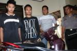 Dimas Andy Meidiyanto (kiri) dan Dedi Heru Santosa (kedua dari kiri) diperiksa seusai ditangkap petugas Polsek Jebres, Solo, Jawa Tengah, Rabu (22/4/2015). (Sunaryo Haryo Bayu/JIBI/Solopos)