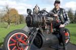 Rene van Tuil menunggang sepeda motor uap Black Pearl. (Rushlane.com)