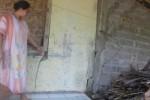 Endang Murtinah, warga RT 001 Dukuh Sejeruk, Desa Musuk, menunjukkan dinding rumahnya yang mengalami retakan. (Abdul Jalil/JIBI/Solopos)