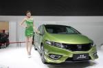 SPG cantik berpose di samping Honda Jade di Shanghai Auto Show 2014. (Carscoops.com)
