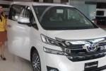 Sales Counter Nasmoco Ring Road Mojosongo, Dian, menunjukkan mobil teranyar Toyota All New Vellfire di diler setempat, Rabu (22/4/2015). Penjualan mobil mobil premium Toyota di Solo masuk dalam peringkat terbanyak ketiga setelah Jakarta dan Bandung. (Shoqib Angriawan/JIBI/Solopos)