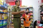 Kepala Satpol PP Wonogiri Waluyo memantau penjualan kondom di salah satu minimarket di Wonogiri, Kamis (16/4/2015). Pemantauan itu dilakukan untuk mengantisipasi terjadinya seks bebas. (Muhammad Ismail/JIBI/Solopos)