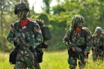 Sebanyak 520 prajurit Divisi 2/Linud 502 Malang bersenjata lengkap siap melakukan pertempuran begitu diterjunkan dari pesawat Hercules di sekitar Desa Masani, Poso Pesisir, Poso, Sulawesi Tengah, Selasa (31/3/2015). (JIBI/Solopos/Antara/Zainuddin M.N)
