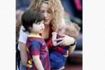 Shakira bersama dua putranya, Milan dan Sasha (Latintimes.com/Reuters.com)