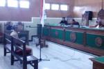 Kepala Desa Bumiaji, Kecamatan Gondang, Agus Sutanto, mendengarkan pembacaan amar putusan majelis hakim Pengadilan Negeri Sragen, Senin (6/4/2015). (Abdil Jalil/JIBI/Solopos)