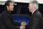 Pelatih Atletico Madrid Diego Simeone dan Real Madrid Carlo Ancelotti bersalaman. Ist/insidespanishfootnall.com