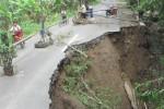Sejumlah warga melintas di jalan kabupaten penghubung Desa Mranggen-Desa Randuranang di Jatinom yang nyaris terputus, Senin (27/4). Ancaman terputusnya jalan tersebut menyusul ambrolnya talut sepanjang 15 meter di Porodesan, Randuranang,Jatinom ambrol, Minggu (26/4/2015) pukul 18.00 WIB. (Ponco Suseno /JIBI/Solopos)