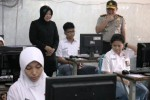 Wali Kota Surabaya Tri Rismaharini (kiri) dan Kapolda Jatim Irjen Pol Anas Yusuf (kanan) melakukan inspeksi mendadak (sidak) di SMAN 5 Surabaya, Jawa Timur, Senin (13/4/2015). Sidak tersebut dilakukan guna melihat secara langsung kesiapan ujian nasional berbasis komputer (computer based test/CBT) yang dilaksanakan di sekolah tersebut. (JIBI/Solopos/Antara/Didik Suhartono)
