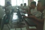 Peserta UN 2015 di SMKN 2 Solo mengerjakan soal ujian dengan sistem ujian berbasis komputer di sekolah setempat, Senin (13/4/2015). (Septhia Ryanthie/JIBI/Solopos)