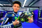 Valentino Rossi memamerkan helm AGV Corsa Winter. (agv.com)