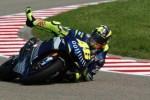 Valentino Rossi saat terpeleset di Motogp 2005. (Motorcyclenews.com)