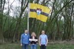 Vit Jedilcka (kiri) bersama dua rekannya di bawah bendera Liberland (Newsvice.com)