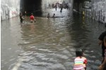 Warga berenang di genangan air banjir Underpass makamhaji, Minggu (26/4/2015). (Twitter.com/@budigooll)