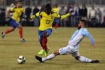 Striker Ecuador Bolanos (23) ditekel bek Argentina Nicolas Otamendi (3). JIBI/Rtr Noah K. Murray-USA TODAY-Sports