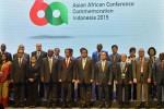 Delegasi negara-negara Asia dan Afrika berfoto bersama Presiden RI Joko Widodo (keenam kiri) di Jakarta Convention Centre, Jakarta, Selasa (21/4/2015). (JIBI/Solopos/Antara/Wahyu Putro A.)