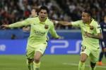 Bintang Barcelona Luis Suarez (ki) merayakan golnya bersama Neymar setelah menciptakan gol kedua ke gawang PSG. JIBI/Reuters/Christian Hartmann