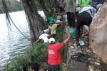 Warga membersihkan Telaga Winong dalam kegiatan bersih telaga, Jumat (17/4/2015). (Uli Febriarni/JIBI/Harian Jogja)