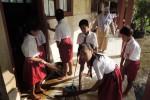 Siswa SD Negeri Banasara di Desa Jatirejo, Kecamatan Lendah, Kulonprogo kerja bakti membersihkan kelas yang kotor akibat sempat terendam banjir, Senin (27/4/2015). (Rima Sekarani/JIBI/Harian Jogja)
