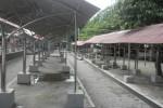 Sejumlah los untuk pedagang burung di kompleks Pasar Gawok ditinggalkan pedagang, Jumat (17/4/2015). (Moh. Khodiq Duhri/JIBI/Solopos)