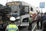 Polisi mengatur lalu lintas di lokasi terjadinya kecelakaan lalu lintas yang melibatkan Bus Mira dengan sepeda motor di jalan Solo-Sragen, Jaten, Karanganyar, Sabtu (11/4)/2015. Tidak ada korban jiwa dalam kecelakaan tersebut.  (Bayu Jatmiko Adi /JIBI/Solopos)