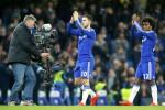 Pemain Chelsea Eden Hazard (kiri) dan Willian bertepuk tangan menyambut applaus fans Chelsea seusai menang melawan Stoke City. JIBI/Reuters/Andrew Couldridge