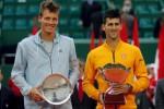 Novak Djokovic (ka) dan Tomas Berdych foto bersama seusai bertanding di Monte Carlo Masters. JIBI/Rtr