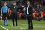 Pelatih Barcelona Luis Enrique dan PSG Laurent Blanc memberi instruksi. JIBI/Rtr Christian Hartmann