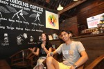 """Aktris Julie Estelle (kiri) dan Produser Film Filosofi Kopi, Adi S. Nagara (kanan) memberikan keterangan pada wartawan saat jumpa pers film tersebut di Kopi Serius Coffe Shop, Purwosari, Solo, Kamis (16/4/2015). Film produksi Visinema Pictures berjudul """"Filosofi Kopi"""" yang diangkat dari novel karya Dewi 'dee' Lestari tersebut telah hadir di bioskop di seluruh Indonesia. (Reza Fitriyanto/JIBI/Solopos)"""