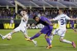 Pemain Fiorentina Vargas menendang bola ke gawang Dynamo Kiev. JIBI/Reuters/Max Rossi