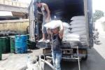 Pekerja menurunkan salah satu kebutuhan pokok, tepung terigu (JIBI/Harian Jogja/David Kurniwan)