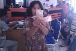 Seorang warga Sragen Wetan menunjukkan uang bantuan PSKS yang baru diambilnya di Kantor Pos Sragen, Sabtu (11/4/2015). (Abdul Jalil/JIBI/Solopos)