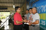 Gubernur AAU Marsda TNI Abdul Mu'is (kiri) menyerahkan trofi kepada pemenang pertandingan golf di kawasan padang golf Adisutjipto, akhir pekan lalu. (Pentak AAU/Mayor Filfadri)