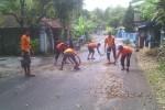 SAR Satlinmas Wilayah II Gunungkidul tengah membersihkan sejumlah jalan dari kerikil (JIBI/Harian Jogja/dok. SAR Satlinmas Wilayah II Gunungkidul)