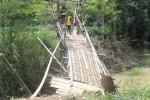 Warga RT 005, Dukuh Ngonce, Kelurahan Karangtengah, Sragen, menunjukkan jembatan bambu yang ambrol, Selasa (14/4/2015). Jembatan itu merupakan satu-satunya akses bagi tiga keluarga di dukuh itu dalam beraktivitas. (Abdul Jalil/JIBI/Solopos)