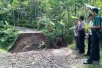 Petugas Polsek Samigaluh dan Pemerintah Desa Pagerharjo meninjau kawasan jembatan ambrol di Dusun Sarigono, Desa Pagerharjo, Samigaluh Kulonprogo, Jumat (24/4/2015). (Holy Kartika N.S/JIBI/Harian Jogja)